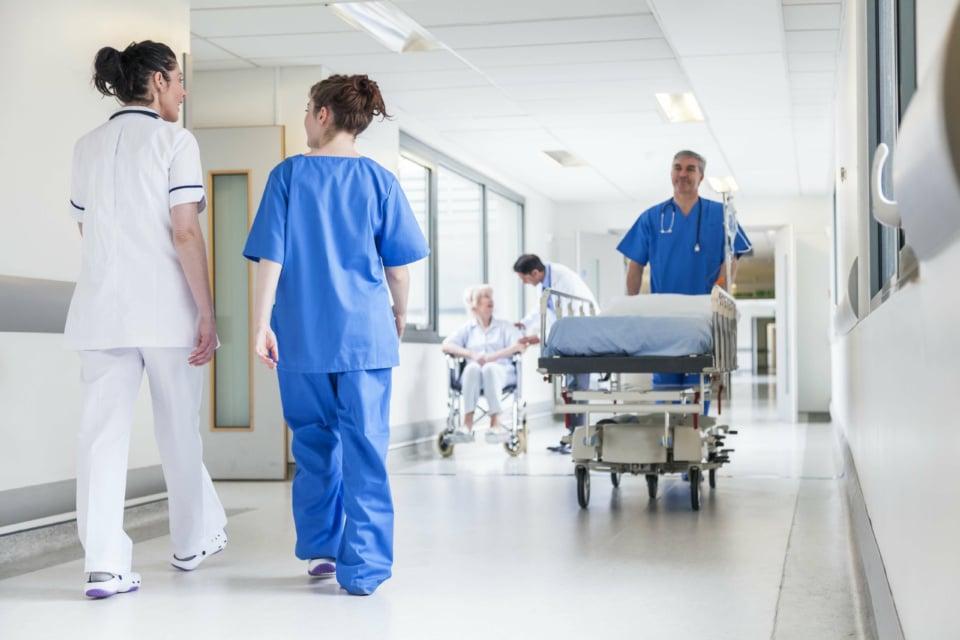 Couloir d'hôpital pendant les tournées des médecins et infirmiers