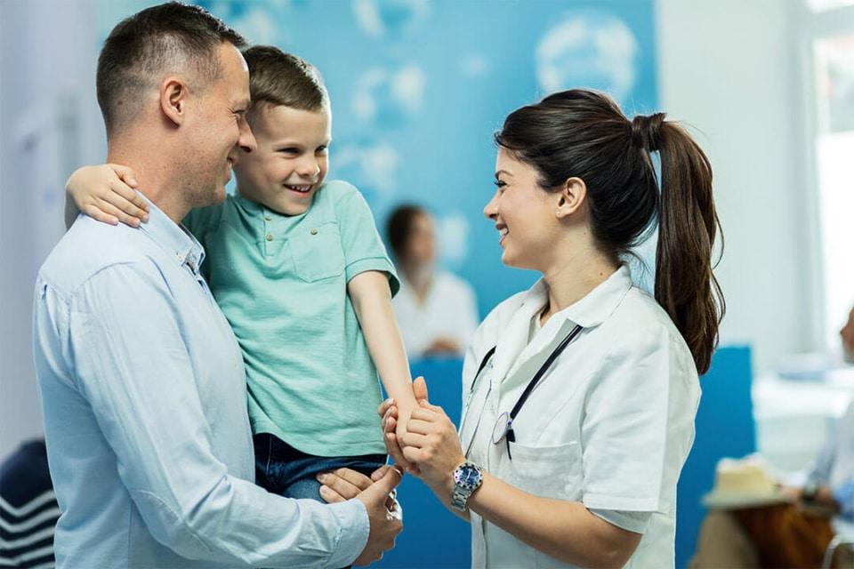 Infirmière avec enfant